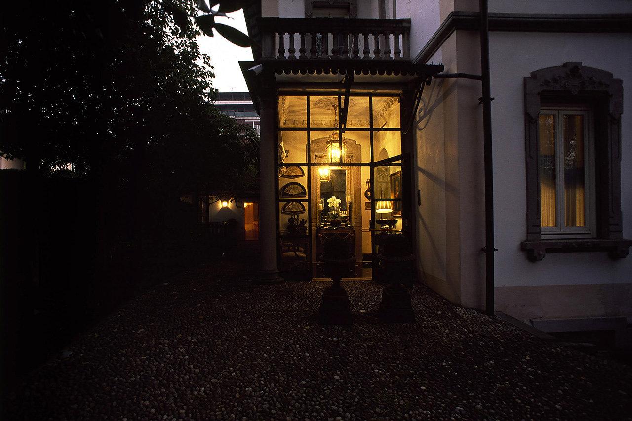 esterno dell'hotel di sera